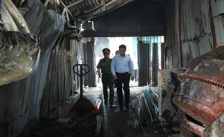 Chủ tịch Hà Nội Nguyễn Đức Chung đến hiện trường chỉ đạo khắc phục vụ cháy. Ảnh:CTV
