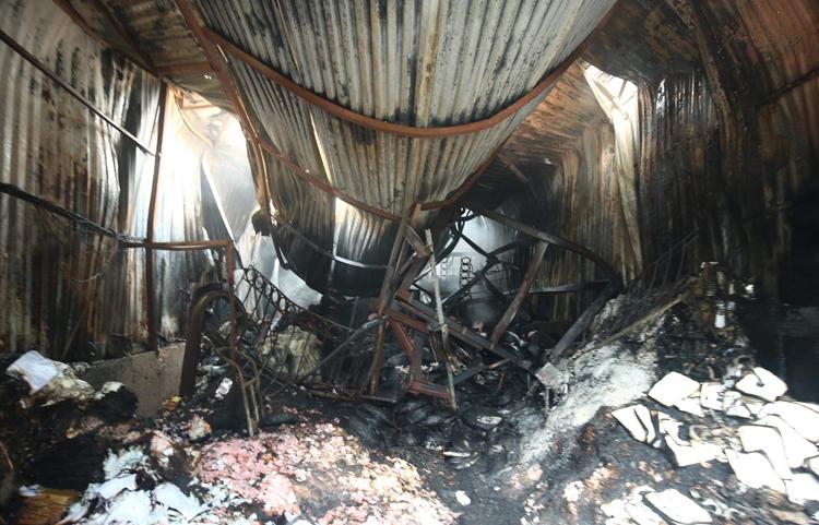 Thiết bị trong nhà xưởng cháy rụi, các tấm tôn lợp đổ xuống. Ảnh: CTV