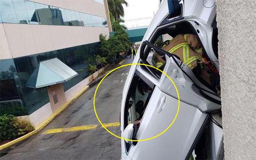 Nữ tài xế mắc kẹt tại ghế lái cho tới khi được giải cứu.