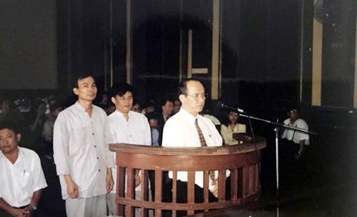 Ông Trịnh Vĩnh Bình (đứng đầu) trong phiên tòa phúc thẩm.