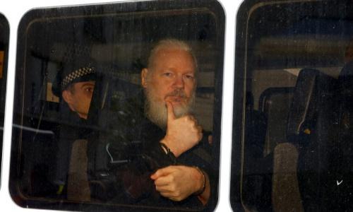 Assange bị cảnh sát Anh đưa tới tòa ngày 11/4. Ảnh: Mintpressnews.