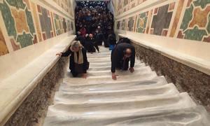 Tín đồ lần đầu được bò lên cầu thang Thánh không lớp bảo vệ ở Rome
