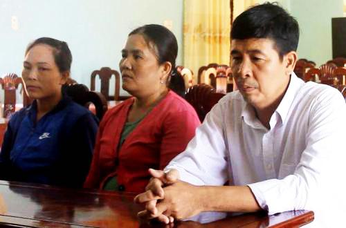 Bà Hằng, bà Thảo và ông Thắng (từ trái sang phải)chờ làm thủ tục chia tiền. Ảnh: Tri Nguyễn.