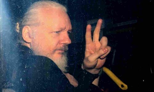 Ông chủ Wikileaks sau khi bị bắt hôm 11/4. Ảnh: AFP.