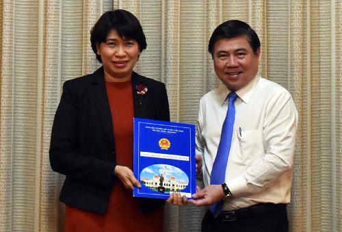 Chủ tịch UBND TP HCM Nguyễn Thành Phong trao quyết định cho bà Lê Thị Huỳnh Mai. Ảnh: Trung Sơn