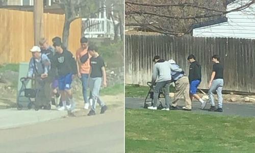 Hành động tử tế của nhóm thiếu niên được người đi đường chụp lại. Ảnh: Erica Tovar