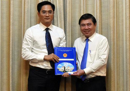Chủ tịch UBND TP HCM Nguyễn Thành Phong trao quyết định cho ông Trần Quang Lâm. Ảnh: Trung Sơn