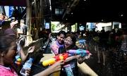 Người Thái đấu súng nước trên đường phố trong lễ hội mừng năm mới
