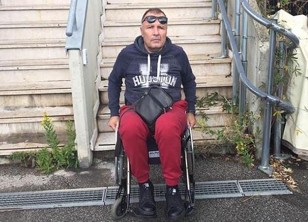 Roberto Guglielmi trên xe lăn sau tai nạn.