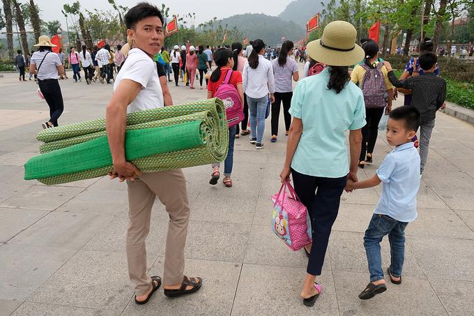 Hàng chục nghìn người về đền Hùng trước ngày giỗ Tổ