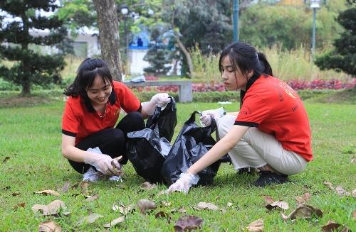 Sinh viên trường Cao đẳng du lịch Huế nhặt rác ở công viên bên bờ sông Hương. Ảnh: Võ Thạnh