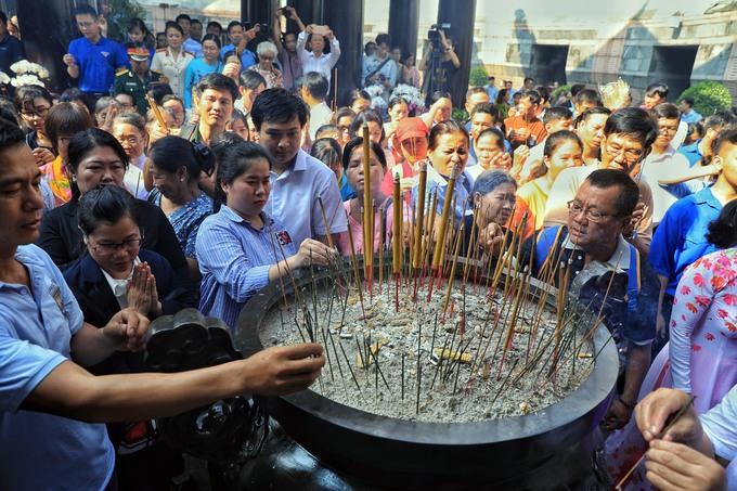 Người Sài Gòn chen chân dâng hương ngày giỗ tổ