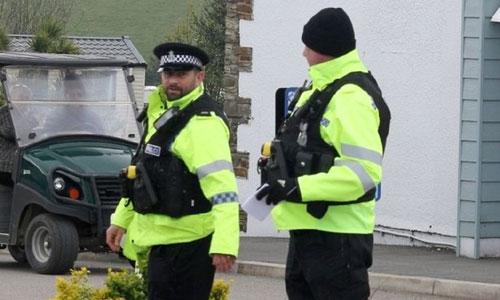 Cảnh sát phỏng tỏa khu vực cắm trại ở Cornwall sau vụ chó cắn chết cậu bé. Ảnh: Cornwalllive.