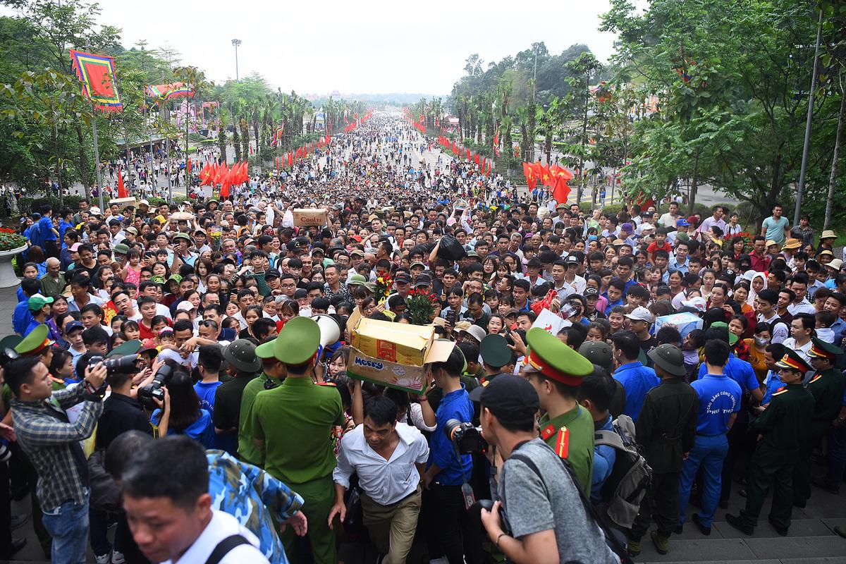 Nghìn người dâng hương tưởng nhớ Vua Hùng từ sáng sớm