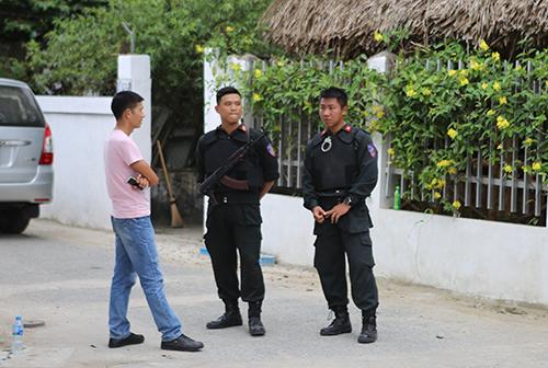 Lực lượng chức năng chặn ngõ 161 đường Phùng Chí Kiên chiều nay. Ảnh: Nguyễn Hải.