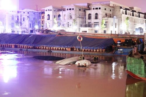Chiếc tàu chở hàng nghìn tấn than chìm dưới dòng sông Tam Bạc và nhà chức trách dùng chiếc phao làm tín hiệu. Ảnh: Giang Chinh