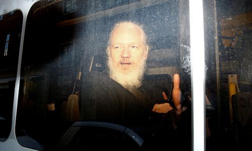 Assange trong xe cảnh sát sau khi bị bắt ngày 11/4. Ảnh: Reuters.