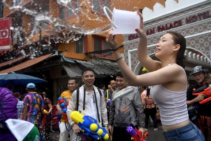 Người Thái sũng nước trong lễ hội mừng năm mới Songkran
