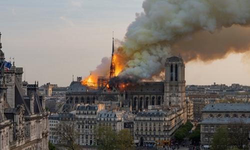 Ngọn lửa bùng lên ở phần mái của nhà thờ ngày 15/4. Ảnh: AFP.