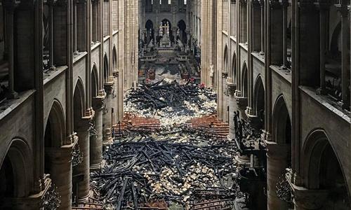 Khung cảnh bên trong Nhà thờ Đức Bà Paris hôm nay sau khi vụ cháy được dập tắt. Ảnh: AFP.