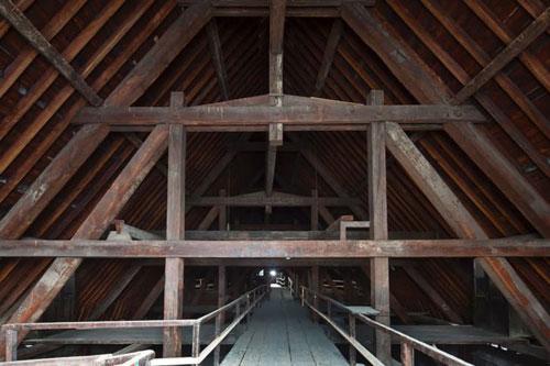 Các thanh gỗ lớn trên mái vòm nhà thờ Đức Bà Paris được cho là làm từ những cây gỗ 300-400 năm tuổi. Ảnh: CNN.