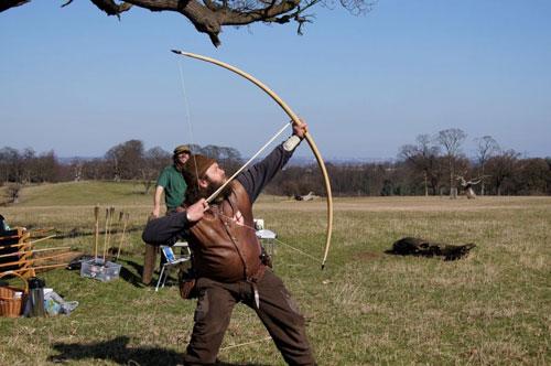 Một cung thủ Anh sử dụng trường cung. Ảnh: History UK.