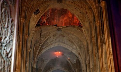 Khung cảnh mái vòm bị cháynhìn từ bên trong nhà thờ. Ảnh: Vingt minutes.