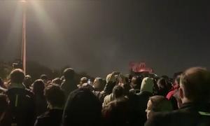 Biển người hát thánh ca cầu nguyện khi nhà thờ Đức Bà Paris cháy