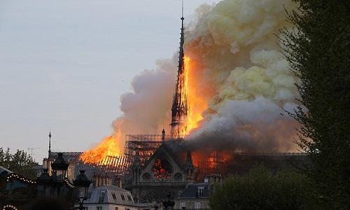 Tháp hình chóp, biểu tượng của Nhà thờ Đức bà Paris, chìm trong biển lửa. Ảnh: Abaca Press.