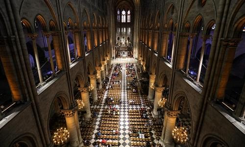 Khung cảnh bên trong Nhà thờ Đức Bà Paris trước đám cháy. Ảnh: CNN.