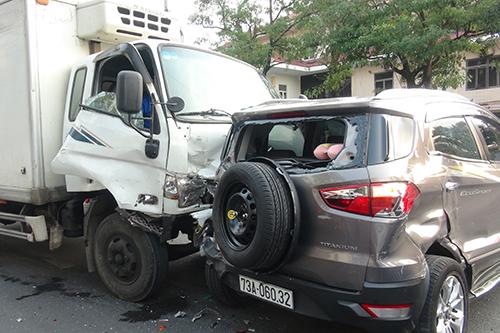 Chiếc xe tải mất kiểm soát tốc độ ở giao lộ khiến bốn ôtô và xe máy bị tông liên hoàn. Ảnh: Quang Hà
