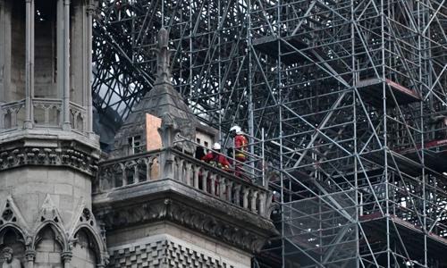 Các lính cứu hỏa làm nhiệm vụ tại hiện trường vụ cháy Nhà thờ Đức Bà ở Paris, Pháp. Ảnh: AFP.