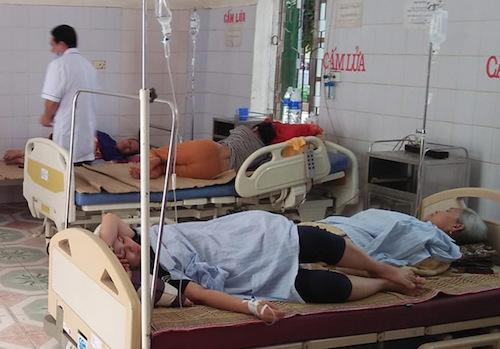 Bệnh nhân điều trị tại trung tâm y tế Quế Phong đêm 15/4. Ảnh: CTV.