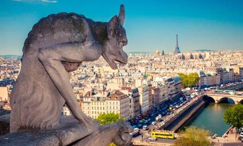 Một bức tượng chimera bên trên Nhà thờ Đức Bà Paris. Ảnh: Independent.