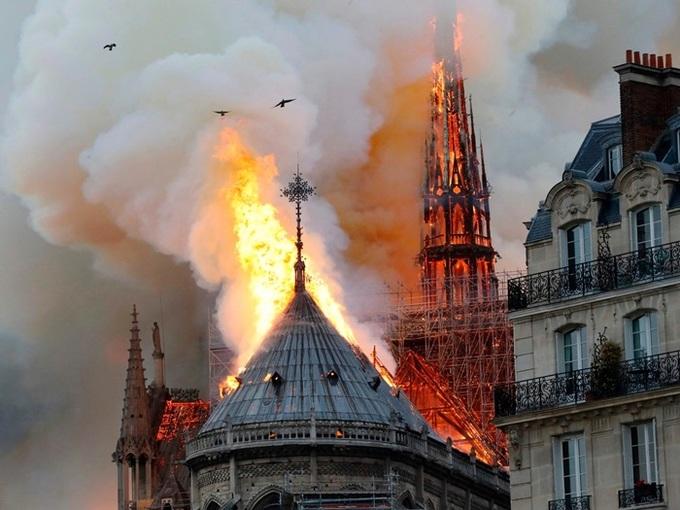 Lửa bao trùm Nhà thờ Đức Bà Paris, người dân quỳ xuống đường cầu nguyện