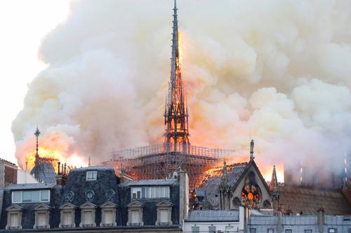 Khói cuộn lên trong đám cháy Nhà thờ Đức Bà Paris tối 15/4. Ảnh: Independent.