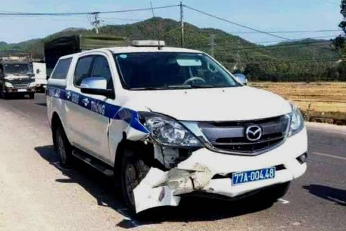Ôtô tuần tra móp méo một bên đầu sau tai nạn. Ảnh: Tú Lê.