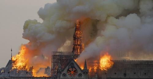 Lửa bao trùm tháp nhọn và mái vòm của Nhà thờ Đức Bà Paris tối 15/4. Ảnh: AFP.
