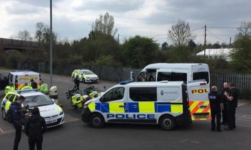 Cảnh sát chặn một xe tải chở 29 người Việt và một phương tiện khác hôm 12/4 trên đường M5, Cornwall. Ảnh: BBC.