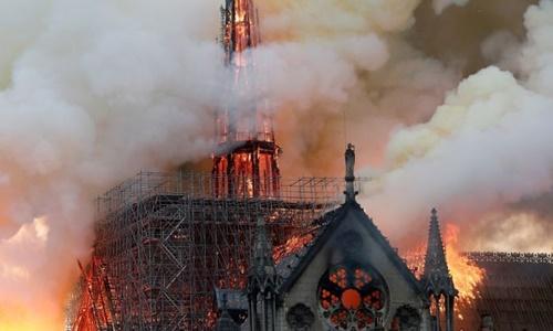 Phần tháp nhọn của Nhà thờ Đức Bà Paris bị thiêu rụi trong vụ hỏa hoạn bùng phát tối 15/4. Ảnh: Reuters.