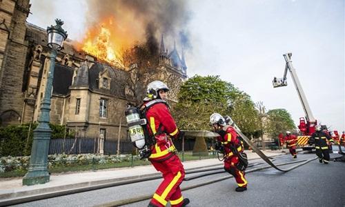 Lính cứu hỏa chữa cháy tại Nhà thờ Đức Bà Paris ngày 16/4. Ảnh: AP.