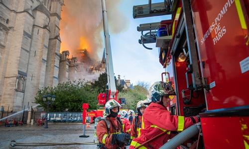 Lực lượng cứu hỏa chữa cháy tại Nhà thờ Đức Bà Paris ngày 16/4. Ảnh: AFP.