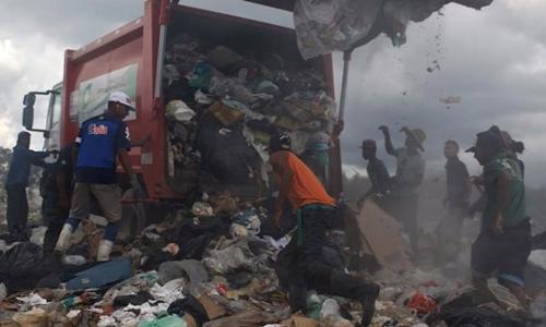 Người Venezuela lao tới xe rác ở Pacaraima hôm 13/4. Ảnh: Reuters.