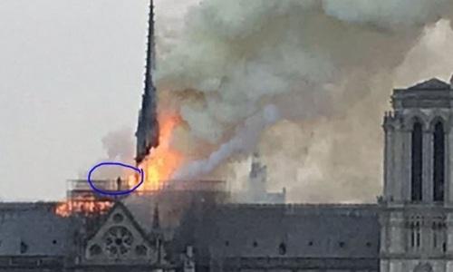 Bức ảnh bức tượng trinh nữ bị nhầm lẫn là thủ phạm trên mái nhà thờ Đức Bà Paris. Ảnh: Parisien.