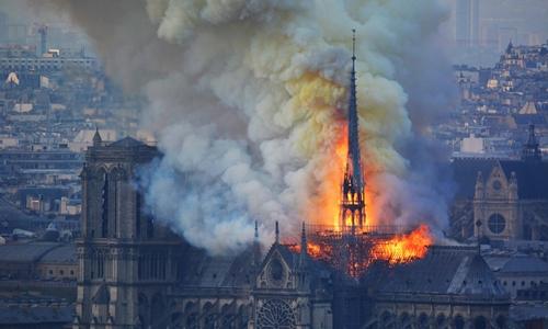 Hỏa hoạn tại nhà thờ Đức Bà Paris ngày 15/4. Ảnh: AFP.