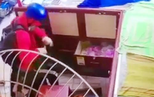 Hình ảnh Phương cướp tiệm vàng được camera ghi lại. Ảnh: Cắt từ clip
