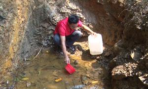 Thầy giáo vùng biên đào hố tìm nước cho học sinh
