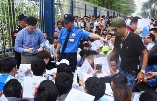 Người Việt xin visa chen lấn tại Lãnh sự quán Hàn Quốc ở đường Trần Duy Hưng đầu tháng ba. Ảnh: Giang Huy.