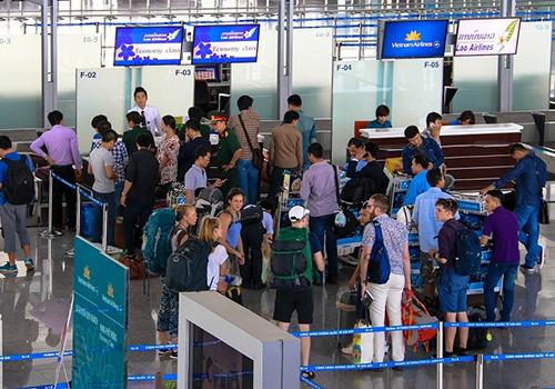 Hành khách  làm thủ tục tại sân bay Nội Bài. Ảnh: Đoàn Loan