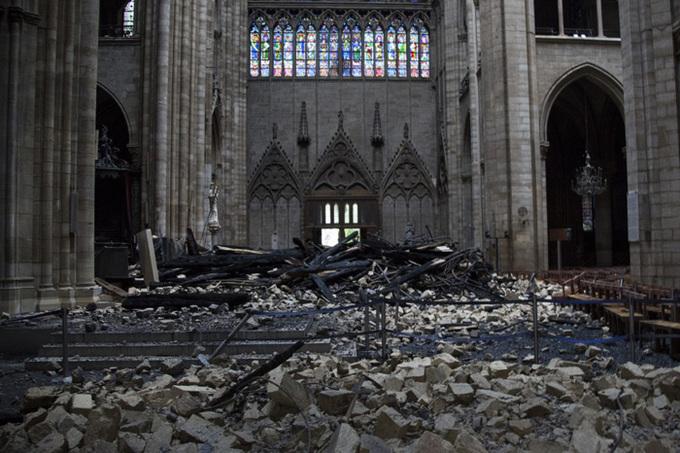 Khung cảnh đổ nát bên trong Nhà thờ Đức Bà sau hỏa hoạn